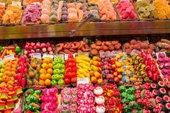 被分类的糖果在市场上 库存照片