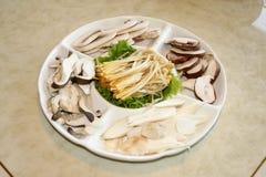 被分类的蘑菇盛肉盘 免版税库存照片