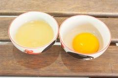 被分离的蛋白和卵黄质在打击 库存照片