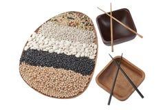 被分类的豆和空的碗 免版税库存照片
