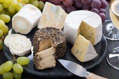 被分类的软干酪和快餐喝酒的,特写镜头 库存图片