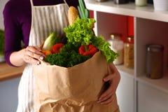 被分类的水果和蔬菜在棕色杂货 免版税库存照片