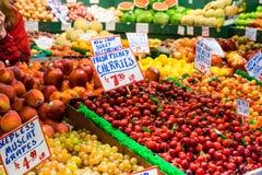 被分类的水果摊,室内市场 库存图片