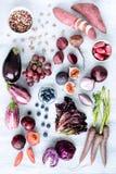 被分类的紫色被定调子的水果和蔬菜作为汇集 免版税库存照片
