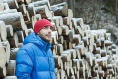 被切开的木柴墙壁的休息的伐木工人  库存照片