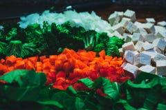 被切开的菜的各种各样的类型用在边的立方体乳酪 免版税图库摄影