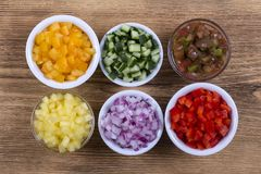 被切的五颜六色的菜,接近的分类 新鲜的胡椒、蕃茄、黄瓜和葱在碗 顶视图 免版税图库摄影