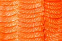 被切的内圆角三文鱼 特写镜头纹理照片 大下落绿色叶子宏观摄影水 食物概念背景 免版税库存图片