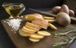 被切的土豆原始 免版税库存图片