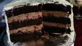被切的大巧克力蛋糕装饰用焦糖和樱桃 影视素材