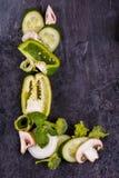 被切的开胃菜特写镜头在黑背景的中心排行了在信件L 免版税库存图片