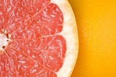 被切的接近葡萄柚成熟  库存照片