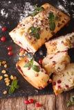 被切的果子蛋糕用用mi和葡萄干装饰的蔓越桔 免版税库存照片