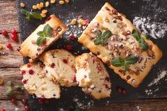 被切的果子蛋糕用用mi和葡萄干装饰的蔓越桔 免版税库存图片