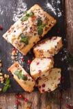 被切的果子蛋糕用用mi和葡萄干装饰的蔓越桔 库存照片