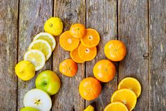 被切的柑橘混合柠檬葡萄柚石灰和桔子在几何形状在黑暗的木土气背景 库存图片