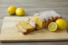 被切的柠檬大面包蛋糕 库存照片