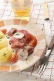 被切的桃红色†‹â€ ‹鲱鱼内圆角用土豆 库存照片