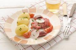 被切的桃红色†‹â€ ‹鲱鱼内圆角用土豆 库存图片