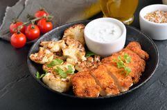 被切的烤鸡鸡胸脯和油煎的花椰菜 图库摄影
