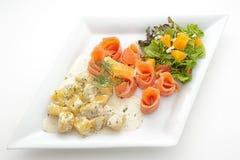 被切的熏制鲑鱼内圆角用煮的土豆 库存图片