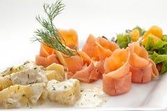 被切的熏制鲑鱼内圆角用煮的土豆 免版税图库摄影