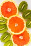 被切的猕猴桃和桔子在白色背景 免版税库存照片