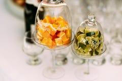 被切的石灰和桔子在花瓶 免版税库存图片
