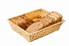 被切的篮子面包另外种类 免版税库存照片