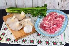 被切的羊羔脖子和蘑菇 免版税库存照片