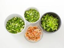 被切的芹菜,春天葱荷兰芹和干盐味的大虾  免版税库存图片