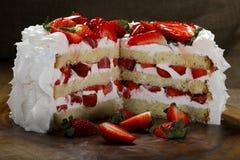 被切的草莓蛋糕 图库摄影
