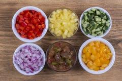 被切的菜的分类 胡椒、蕃茄、黄瓜和葱在碗 库存图片