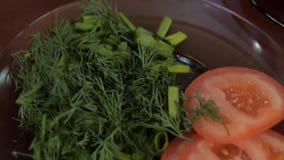 被切的葱和蕃茄在板材 股票视频