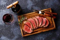 被切的里脊肉牛排roastbeef和红葡萄酒 库存图片