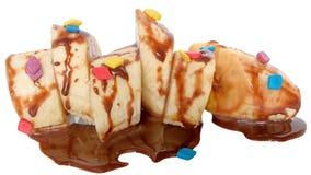 被切的香蕉切片透湿用巧克力汁 免版税库存图片