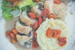 被切的鸡用在意大利调味汁的土豆泥和蕃茄樱桃 意大利餐馆 巴厘岛 可口正餐 免版税库存照片