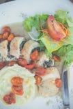 被切的鸡用在意大利调味汁的土豆泥和蕃茄樱桃 意大利餐馆 巴厘岛 可口正餐 图库摄影