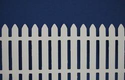 被删去的白色尖桩篱栅纸 库存照片