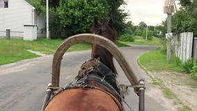 被利用的马驱动轮推车下来村庄路,司机pov 影视素材