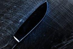 被刮的金属表面上的解剖刀 免版税图库摄影