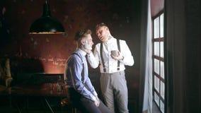 被刺字的理发师由在他的被刺字的客户的面孔,在20世纪30年代黑手党样式的理发店的剃须刷应用泡沫,刮 股票视频