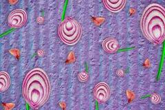 被削减的切片异常的花束与果壳的红紫色和葱在木背景,顶视图,拷贝空间, 图库摄影