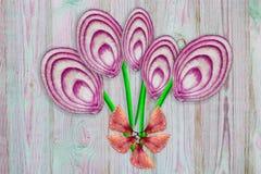 被削减的切片异常的花束与果壳的红紫色和葱在木背景,顶视图,拷贝空间, 库存照片