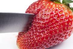 被削减的草莓beeing 免版税库存照片