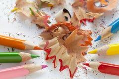 被削尖的五颜六色的铅笔和刨花 免版税库存照片
