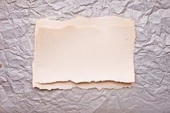 被剥去的被击碎的老纸部分 库存图片