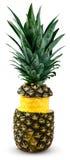 被剥皮和切的新鲜的水多的菠萝 有维生素的富有 背景查出的白色 库存图片
