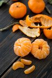 被剥皮的小柑桔蜜桔切片 图库摄影