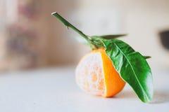 被剥皮的新鲜的水多的蜜桔 免版税图库摄影